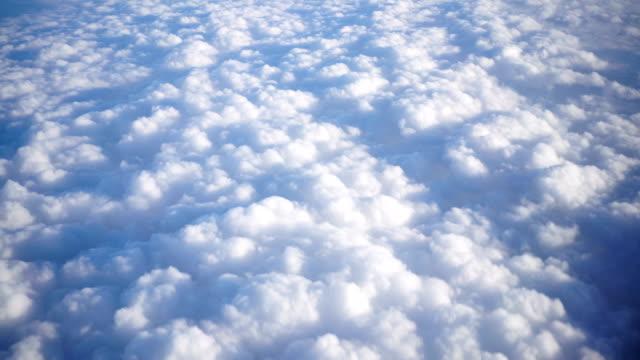 vídeos de stock, filmes e b-roll de movendo a nuvem da janela do avião. - acima