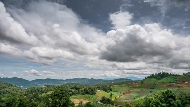 Bewegende wolk time-lapse van berg land site in Thailand