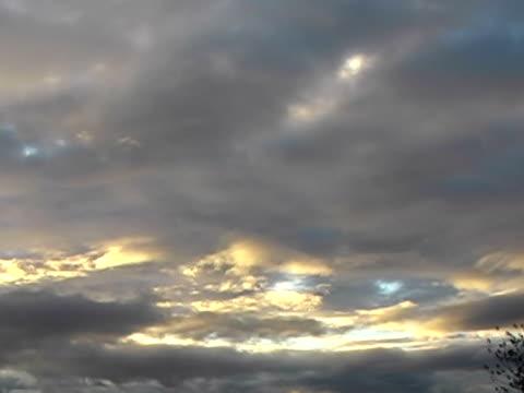 vídeos de stock e filmes b-roll de mover cloudes - alto contraste