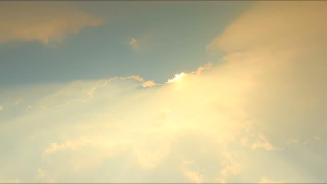 vídeos de stock, filmes e b-roll de as nuvens se movendo e o nascer do sol - manhã