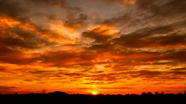 bewegende wolken bei sunrise zeitraffer - high dynamic range imaging stock-videos und b-roll-filmmaterial