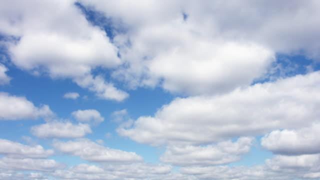 vídeos de stock, filmes e b-roll de movendo nuvens circulares - movimento perpétuo