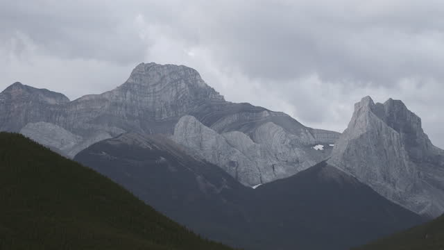 カナダのロッキー山脈の上に雲を動かす - アルバータ州点の映像素材/bロール