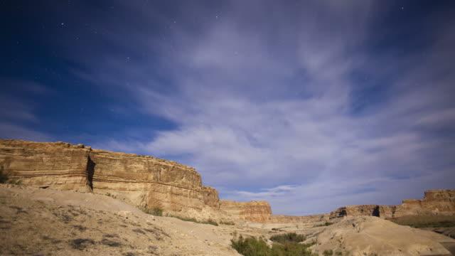 vidéos et rushes de ws t/l moving clouds over rock formation / utah, usa. - lac powell
