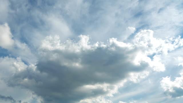 雲の時間経過、不機嫌な青の雲空を移動 - cloudscape点の映像素材/bロール