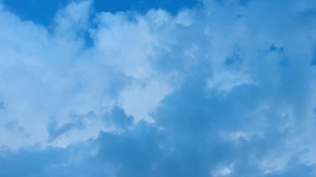 vídeos de stock e filmes b-roll de hd: movendo nuvens timelapse - claraboia