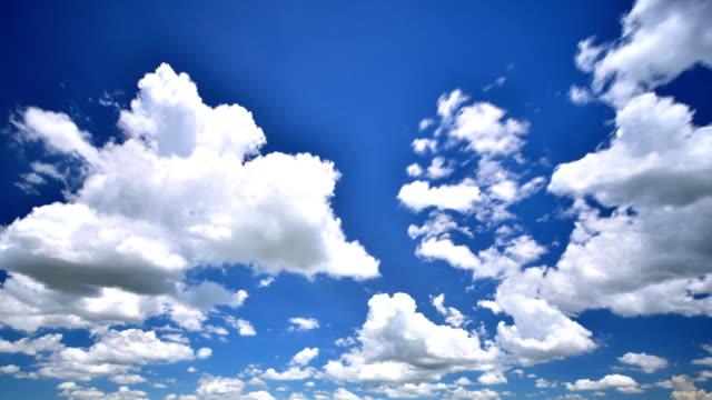 bewegte wolken zeitraffer - ewigkeit stock-videos und b-roll-filmmaterial