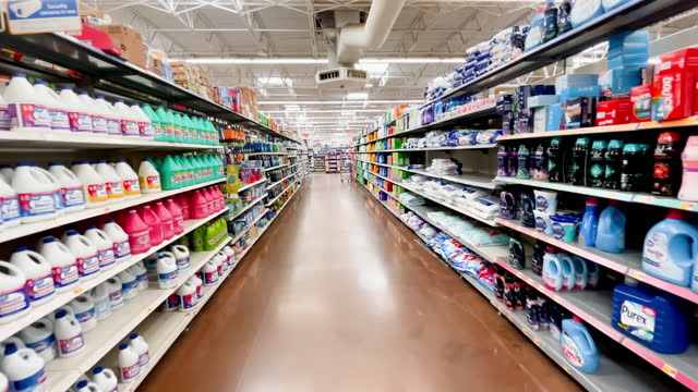vidéos et rushes de moving down retail store shelves stocked with household cleaning and laundry detergent products on april 06,2021 in los angeles, california. - produit d'entretien
