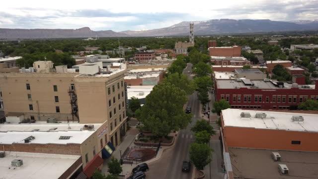 vídeos y material grabado en eventos de stock de moving drone vista del pequeño western colorado city de grand junction main street - grand junction