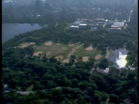 over central park great lawn ws metropolitan museum of art - central park manhattan video stock e b–roll