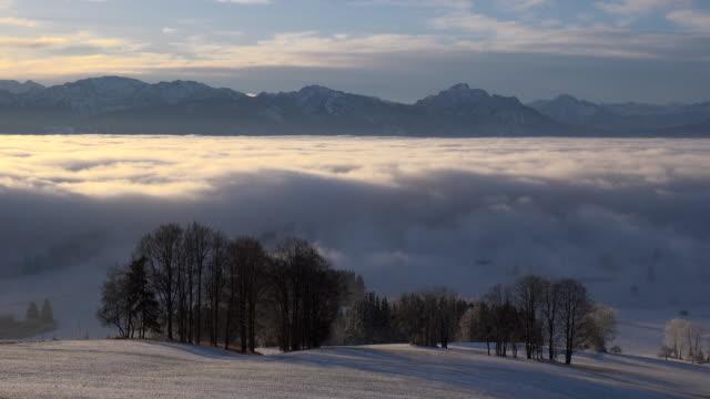 vídeos de stock, filmes e b-roll de moving fog in the valley, winter. - alpes bávaros
