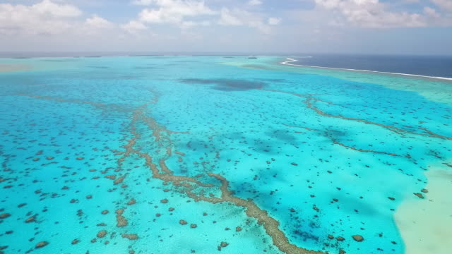 moving forward high above aitutaki lagoon - aitutaki lagoon stock videos & royalty-free footage