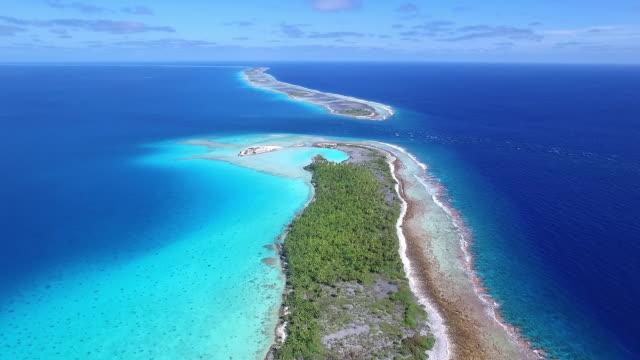 vídeos de stock, filmes e b-roll de moving forward over tahanea atoll towards an entrance to the pacific - territórios ultramarinos franceses