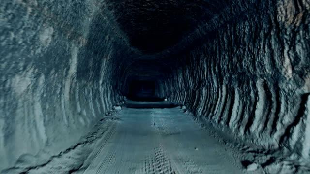 stockvideo's en b-roll-footage met vooruit door een donkere grottunnel - mijnindustrie
