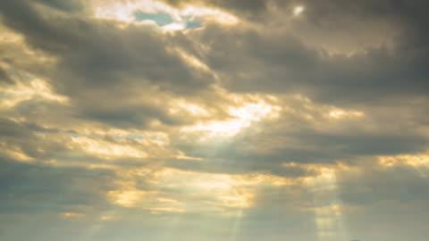 ゴールドの雲の移動の時間経過の日の出 - sunbeam点の映像素材/bロール