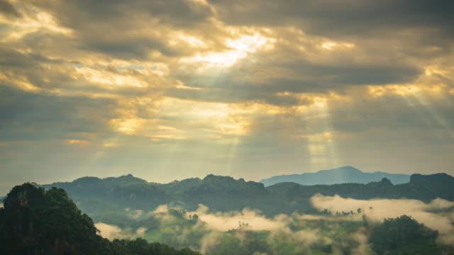 Moving goldenen Wolken Zeitraffer bei Sonnenaufgang