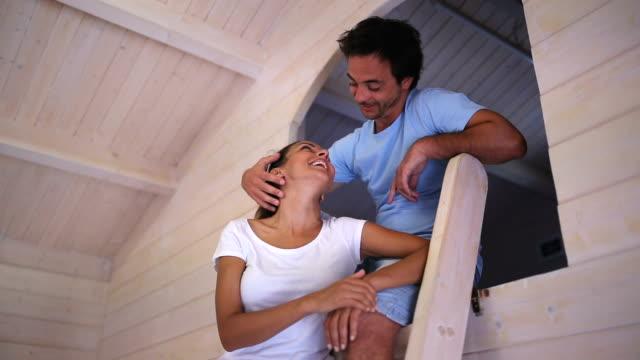 vídeos de stock, filmes e b-roll de movendo-se para nova casa - sótão