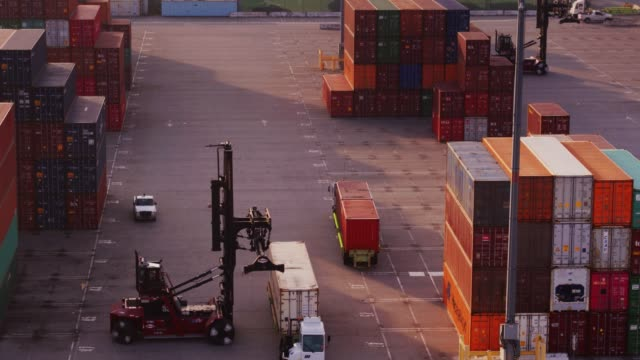 utr moving into position beneath top handler in container terminal - gru video stock e b–roll