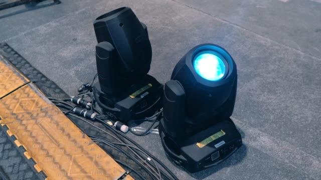 vídeos de stock e filmes b-roll de moving led lighting lamp in concert festival. - electric lamp
