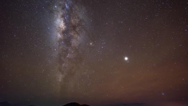 vídeos de stock, filmes e b-roll de movendo a via láctea com céu claro, perfeito estado, time-lapse vídeo - espaço e astronomia