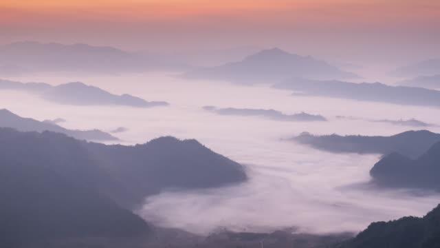 vidéos et rushes de passer de brume sur la montagne le matin, 4 k (uhd - ouest