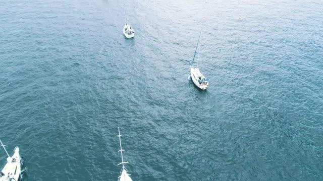 moving motor yacht - モーターボート点の映像素材/bロール