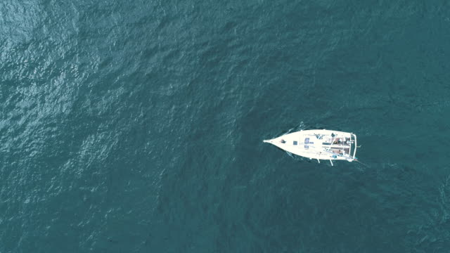 moving motor yacht - 船点の映像素材/bロール