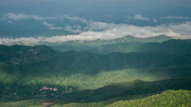 vídeos de stock, filmes e b-roll de movendo-se de névoa na montanha e raio de luz do sol - ângulo agudo