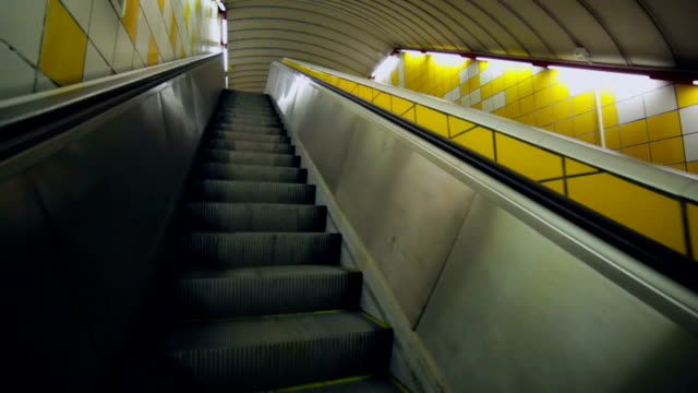 移動エスカレーターの階段を自動改札機 - 自動改札機点の映像素材/bロール