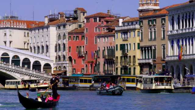 pov moving on grand canal towards rialto bridge, venice, italy - grand canal venice stock videos & royalty-free footage