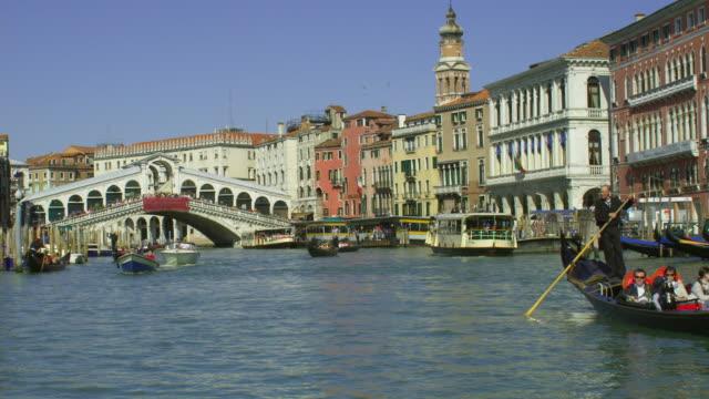 vídeos y material grabado en eventos de stock de pov, moving on grand canal under rialto bridge, venice, italy - puente de rialto