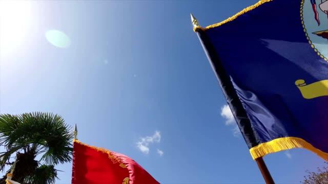 moving on united states military flags. - ministero americano della difesa video stock e b–roll