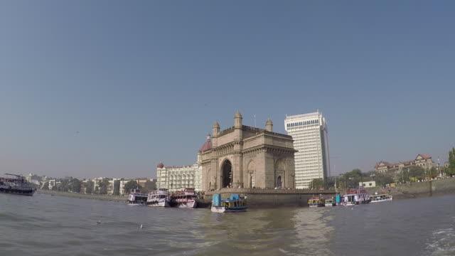 vidéos et rushes de moving out of gateway of india - portail