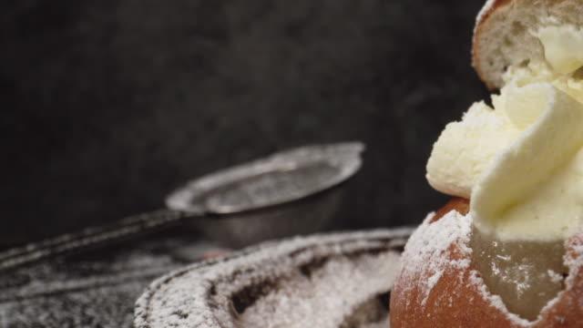 vidéos et rushes de passer devant les desserts suédois traditionnels appelés semla - mardi gras fête religieuse