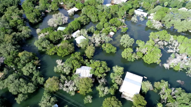 グラウンド ・ ゼロの家に殺到したコロラド川葉に沿って、水の下で歴史的な洪水の洪水の上から右に移動 - ダメージ点の映像素材/bロール