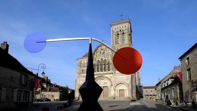 vidéos et rushes de moving sculpture by calder on the vezelay abbey forecourt, yonne, burgundy, france - xième siècle