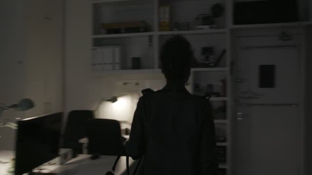 moving shot of businesswoman closing office and leaving - elektrische lampe stock-videos und b-roll-filmmaterial