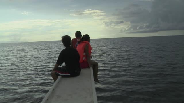 moving shot people cruising on bohol sea tagbilaran bohol philippines - vagare senza meta video stock e b–roll