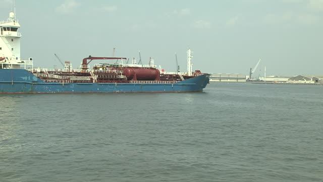 moving shot port of antwerp belgium - fartygstransport bildbanksvideor och videomaterial från bakom kulisserna