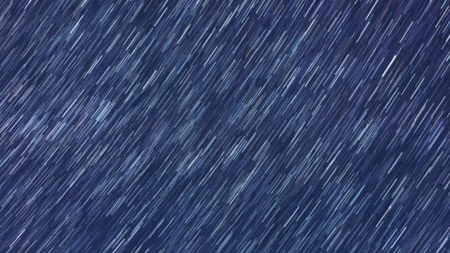 vidéos et rushes de 4k: déplacement de champ d'étoiles et star trails à minuit - ciel étoilé