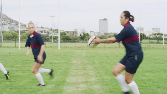vídeos de stock e filmes b-roll de moving the ball quickly - râguebi desporto