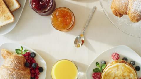vídeos y material grabado en eventos de stock de movimiento a través de la mesa de desayuno - mesa de comedor