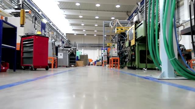 向かうで工場低角度のビュー - 床点の映像素材/bロール
