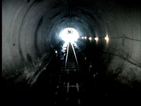 vídeos y material grabado en eventos de stock de 1968 pov moving towards light at end of tunnel in bart tunnel under construction/ california - bart