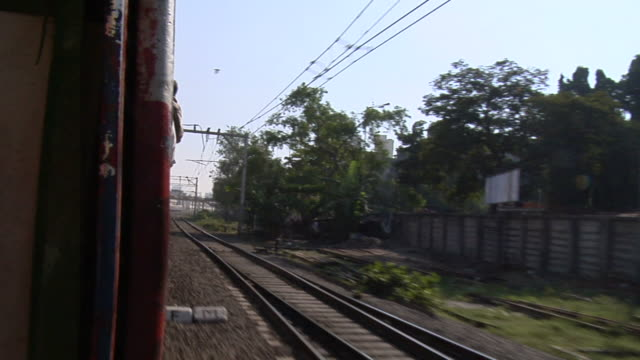 pov, moving train, mumbai, maharashtra, india - 1 minuto e più video stock e b–roll