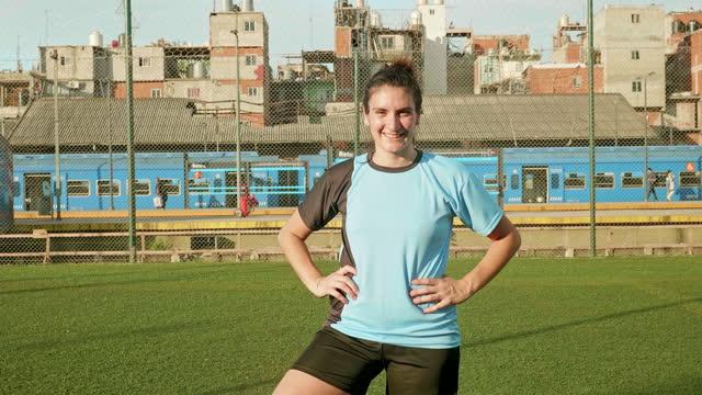 vídeos de stock e filmes b-roll de moving up video portrait of young hispanic female footballer - atleta