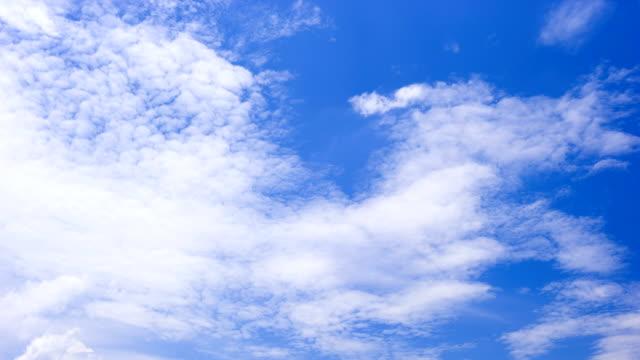 vidéos et rushes de déplacement des nuages blancs au-dessus de ciel bleu time lapse - ciel seulement