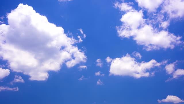 vidéos et rushes de mouvement blanc nuages sous ciel bleu 4 k time lapse video - ciel seulement