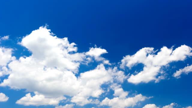 vidéos et rushes de mouvement blanc nuages sous ciel bleu 4 k time lapse video - cumulonimbus