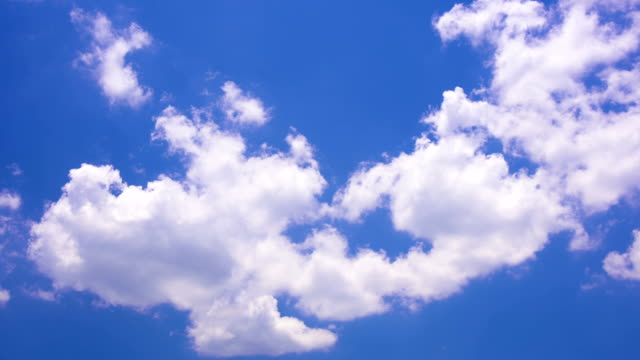 vidéos et rushes de déplacement des nuages blancs sous ciel bleu hd time lapse video - ciel seulement
